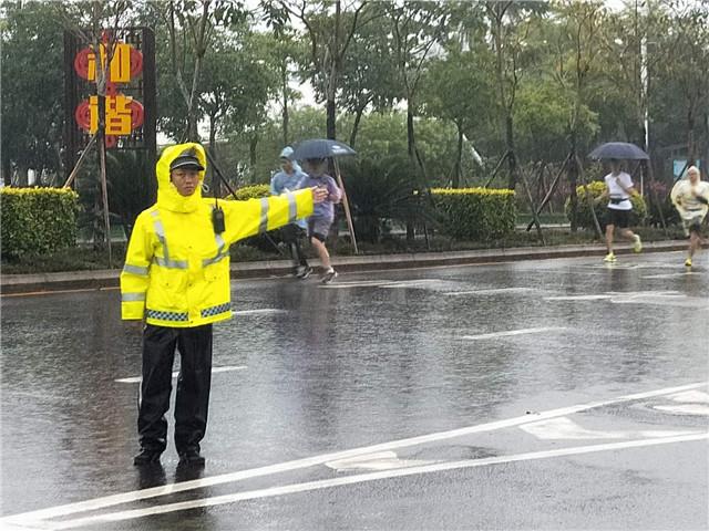 """琼海交警圆满完成""""奔跑海南""""健跑文体活动琼海地区交通安保工作"""