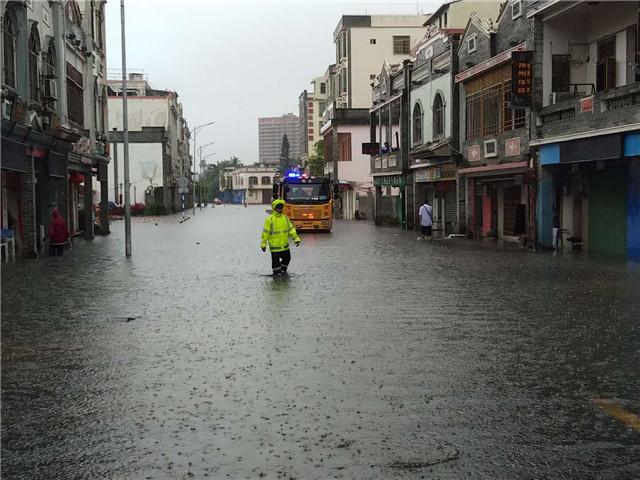 琼海交警积极应对暴雨天气快速疏堵保畅