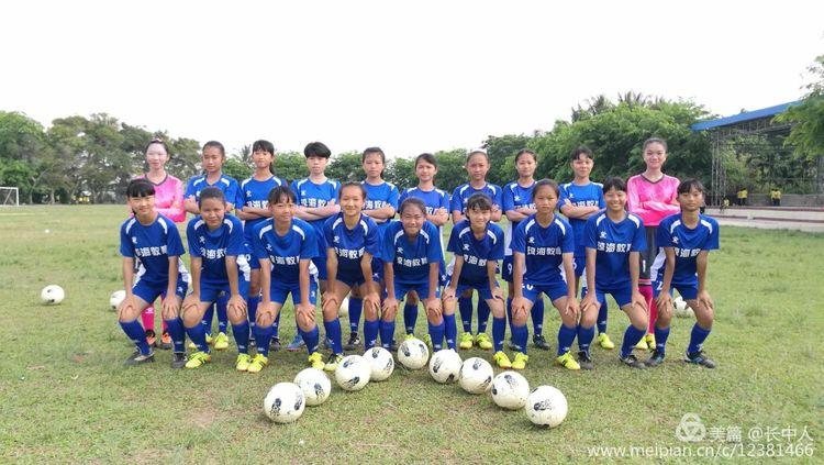 长坡中学女子足球队代表琼海出征2018年省校园女子足球联赛