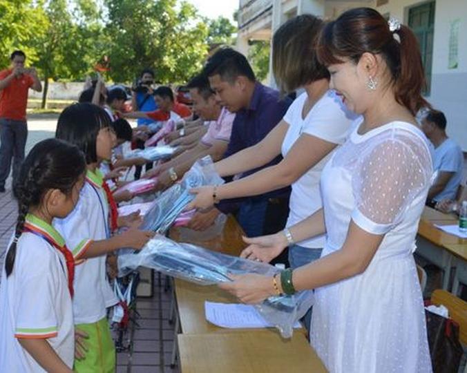 琼海市教育局携手爱心人士到潭门镇开展儿童节慰问活动