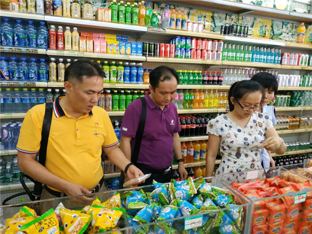 琼海市食药监局实地指导食品销售经营者落实主体责任工作