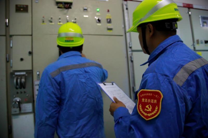 琼海供电局工作人员对低洼地带的变电站、输配电线路等进行全面用电隐患排查,保障市民用电不受影响。卢传隆摄