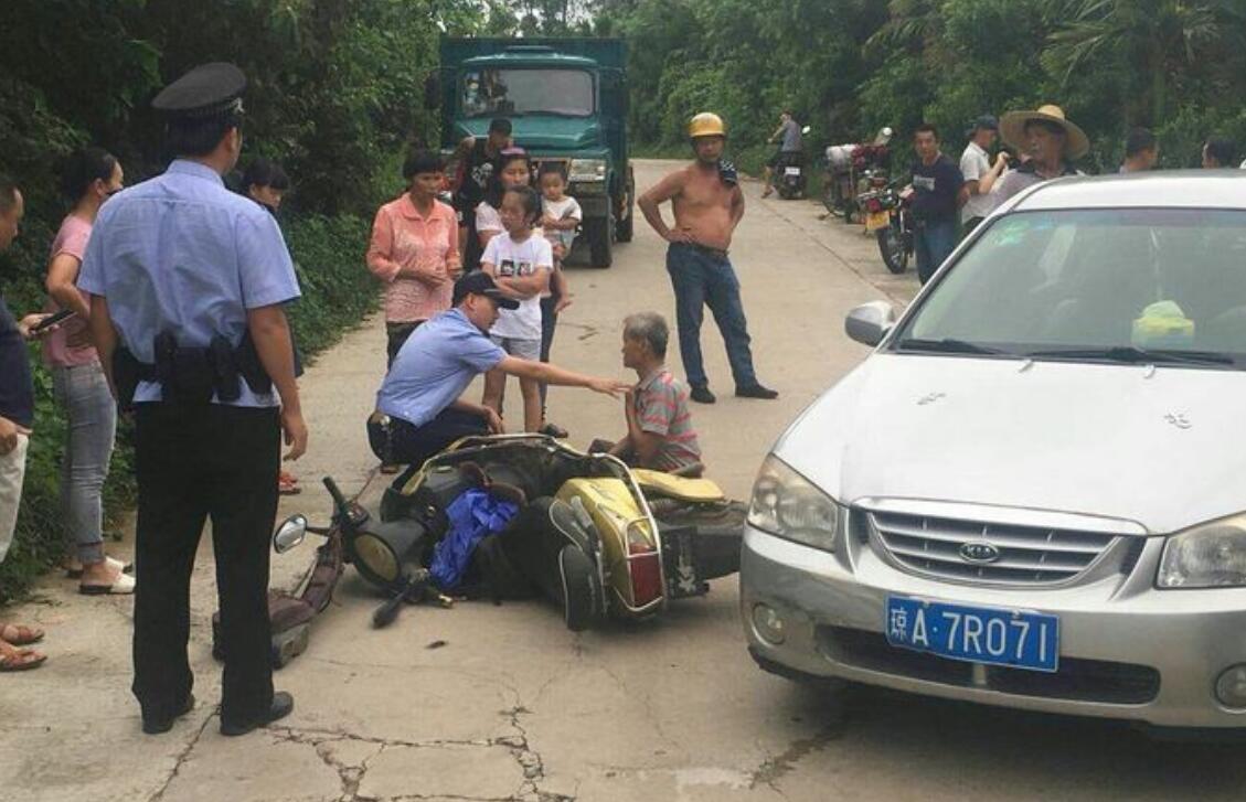 琼海突发一起交通事故  警方及时救助伤者