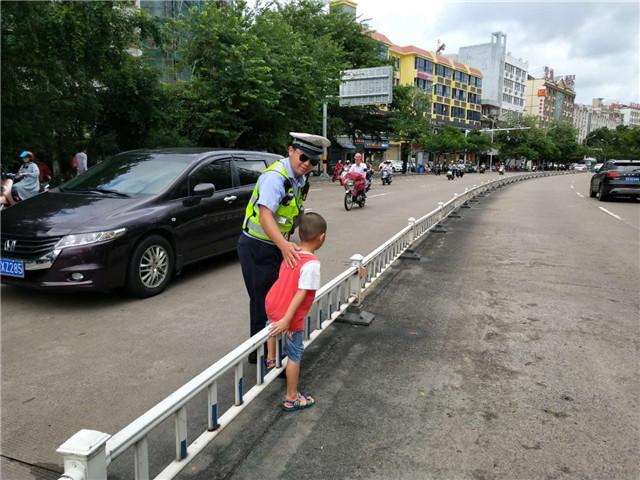 孩童独自横穿马路 琼海交警提示家长要负起监护责任