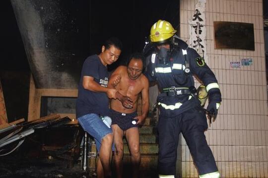 琼海一职工宿舍楼电动车充电自燃起火 38人被困