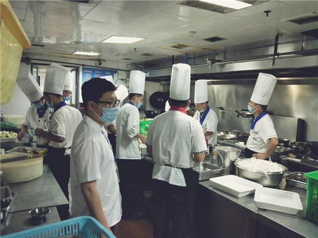 琼海食药监局开展一龄集团十四周年庆典食品安全保障活动
