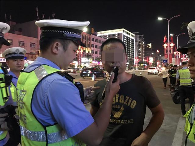 国庆不放假——琼海交警严查酒驾、毒驾违法行为不放松