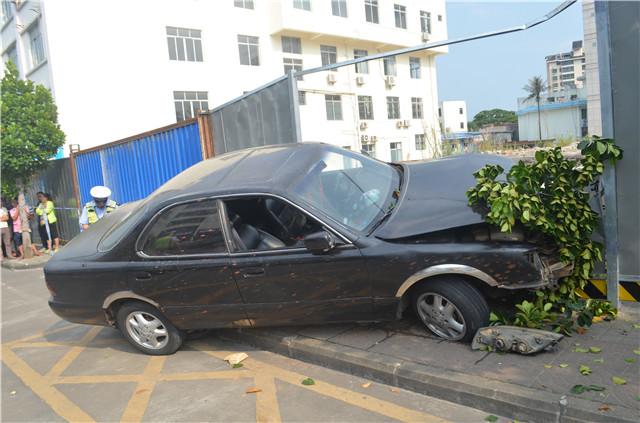 琼海一男胆大妄为!准驾不符、使用假牌驾车上路发生连续碰撞交通事故被依法拘留