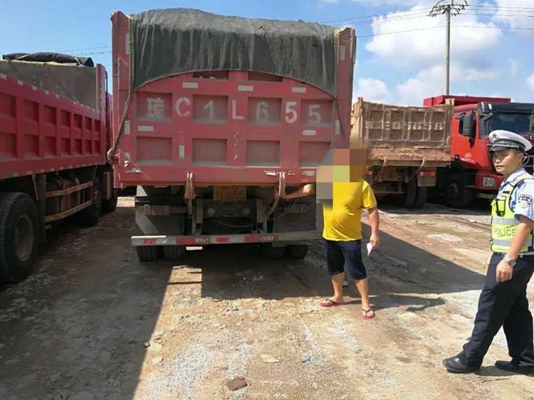 琼海警方联合执法开展货车超载超限治理工作