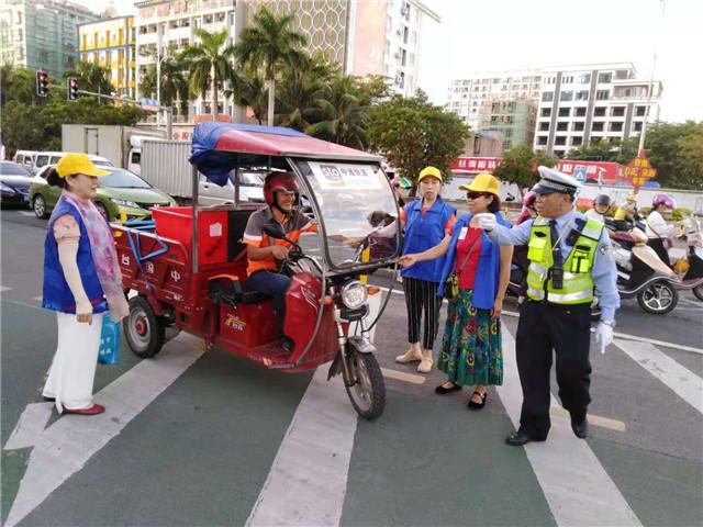 琼海公安交警携手志愿者开展文明交通劝导活动
