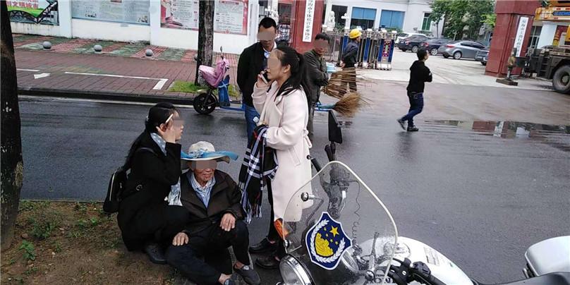 琼海公安交警帮助迷途老人寻找回家路