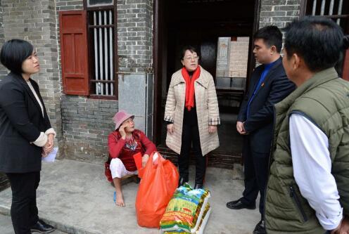琼海市检察院检察长佟莉莉带队到石壁镇走访慰问困难群众