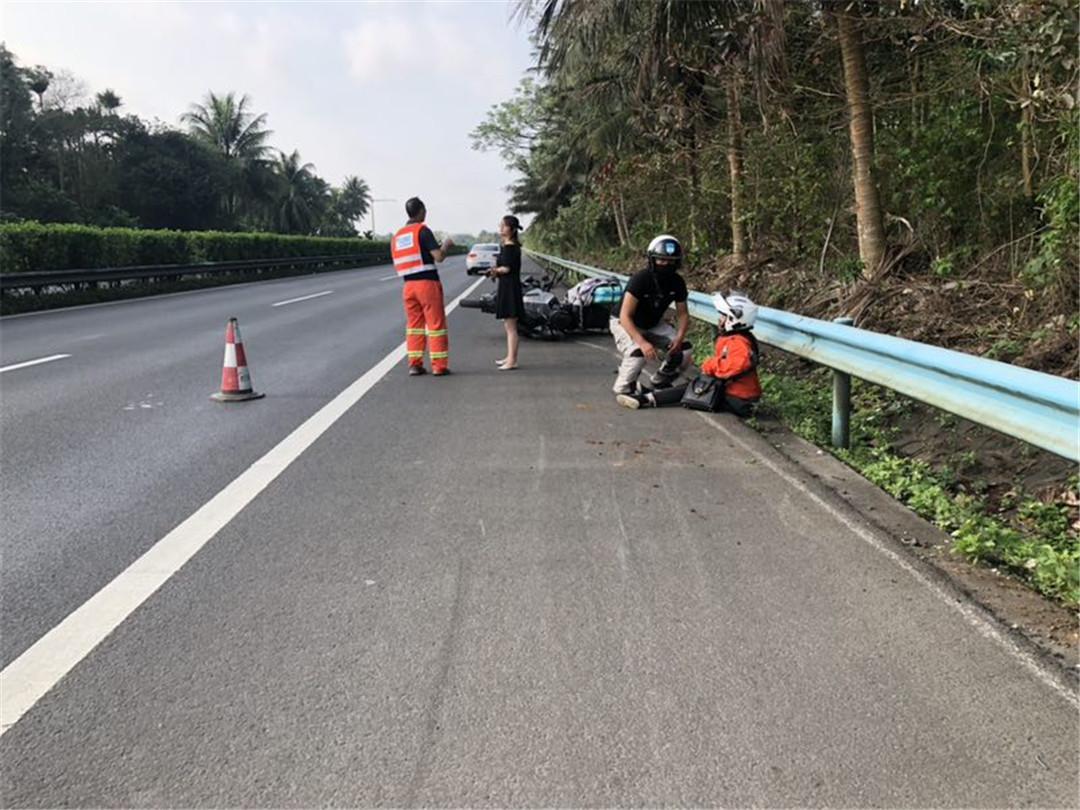 高速琼海段,一摩托车上高速发生事故。。。