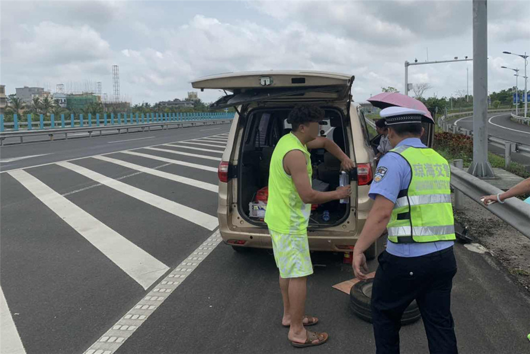 琼海:一小型客车高速路上爆胎为何被处罚?