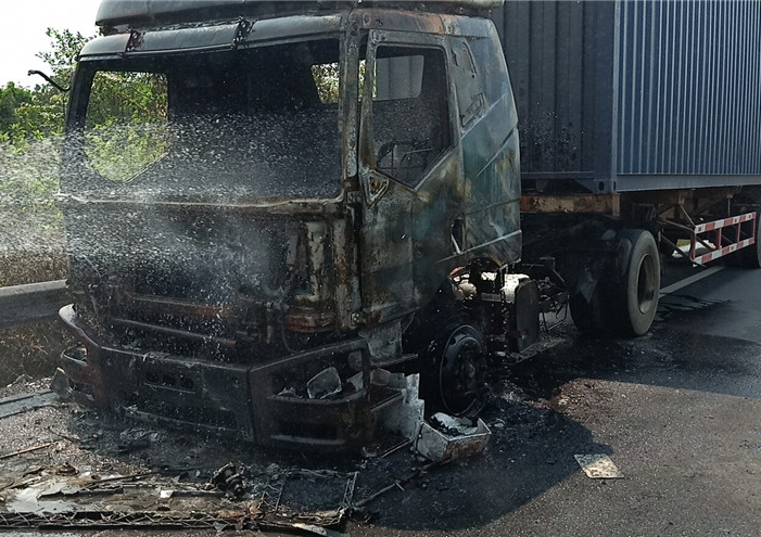 高速路一货车突然起火,琼海公安交警迅速处置