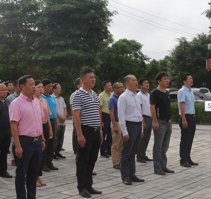 共青团中原镇委组织志愿者参加清明节烈士碑祭扫活动