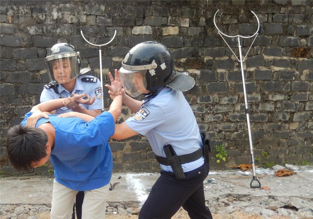 过硬本领 哪学的?实战轮训 练出来!探访琼海民警夺刀救人背后的秘密