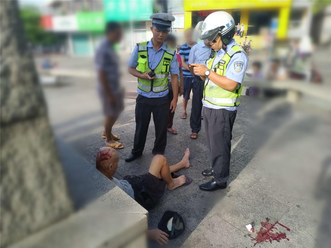 八旬老人路边摔倒受伤,琼海公安交警及时救助