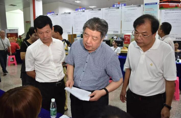 省退役军人事务厅厅长罗时祥,市委副书记、市长符平等在现场了解招聘情况