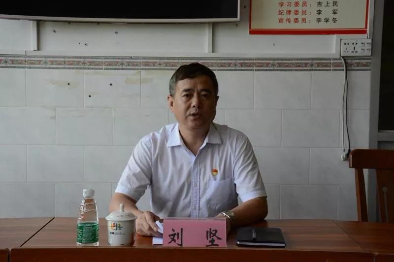 刘坚:扶贫点上讲党课,坚守初心使命,在脱贫攻坚中担当作为