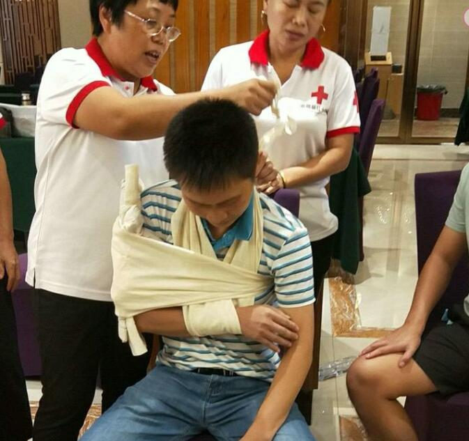 潭门镇中心学校组织120名教师参加应急救护知识培训班