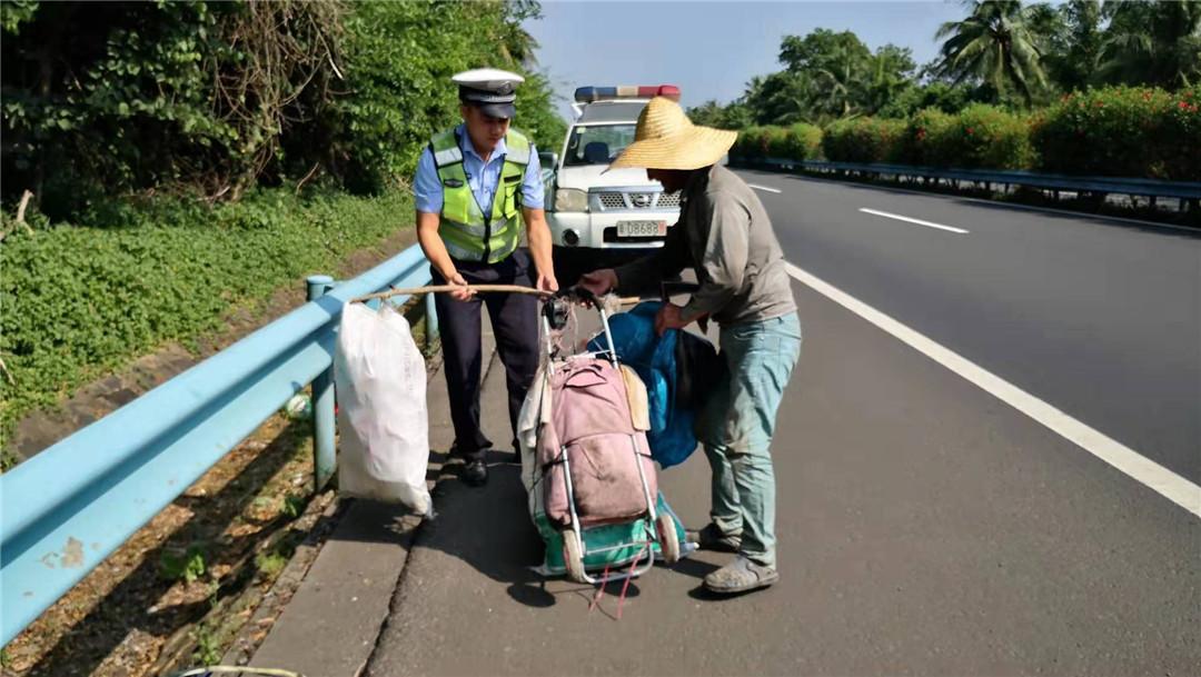 两名老人外出迷路,琼海公安交警及时救助