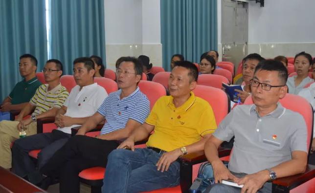 潭门镇中心学校党支部组织全体党员教师观看《榜样4》