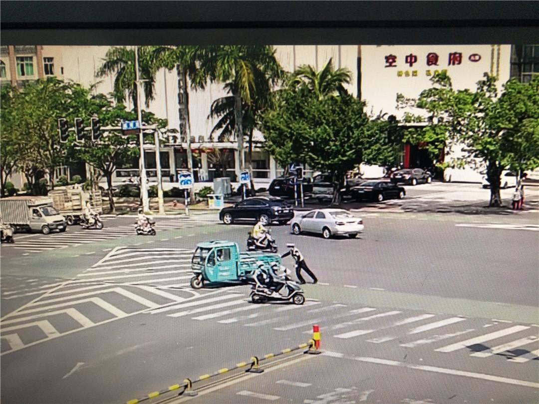 帮助推移故障车辆 群众发布朋友圈为琼海公安交警点赞