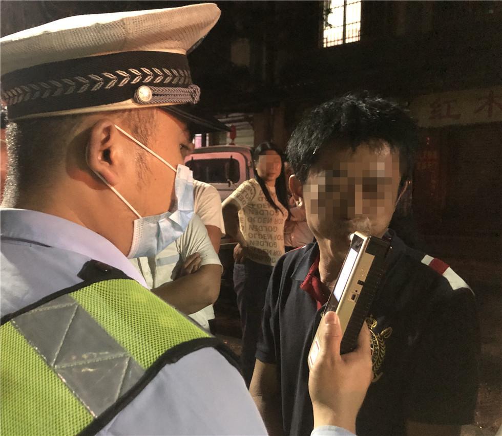 琼海公安交警常态化开展夜查酒驾专项整治行动