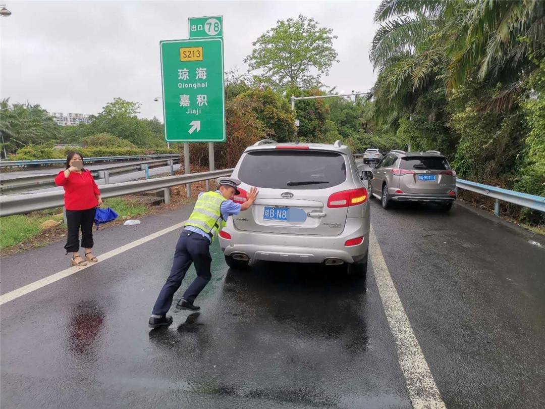 琼海公安交警快速救援高速公路上一故障车辆