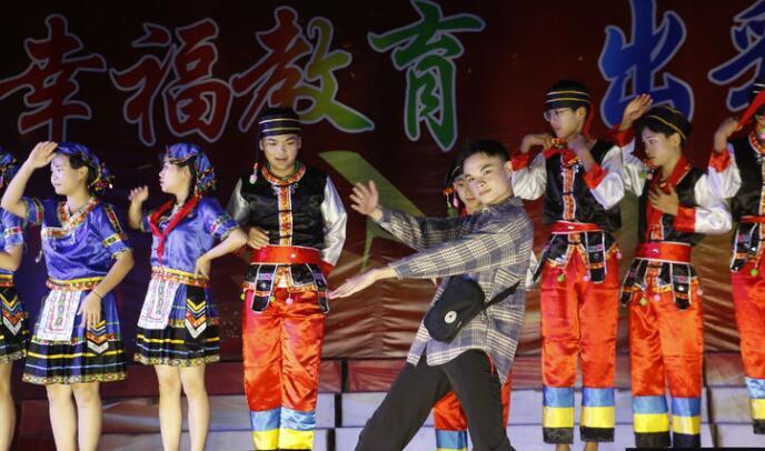 琼海市温泉中学举行2020年元旦文艺汇演晚会活动